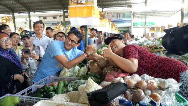 Pakai Kaos Padi, Sandiaga Blusukan ke Pasar Sindhu Bali