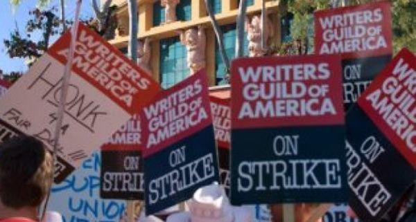 Guionistas de Hollywood amenazan con nueva huelga