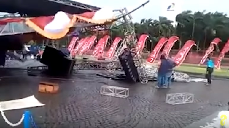 umbul-umbul di panggung yang roboh
