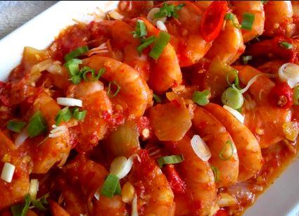 Pernah makan di restoran atau rumah makan seafood Resep Membuat Udang Saus Padang Sederhana Enak