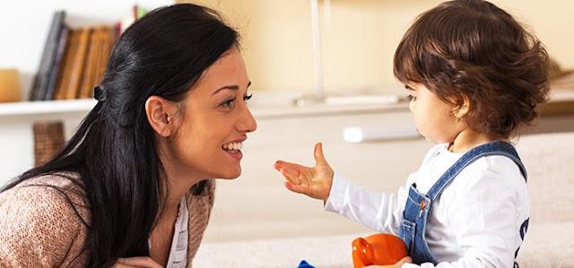 Mãe conversando com filha. como lidar com filhos que mentem, crianças que mentem, filhos que mentem o que fazer, porque as crianças mentem, como lidar com crianças que mentem, o que fazer quando os filhos mentem, filhos que mentem para os pais