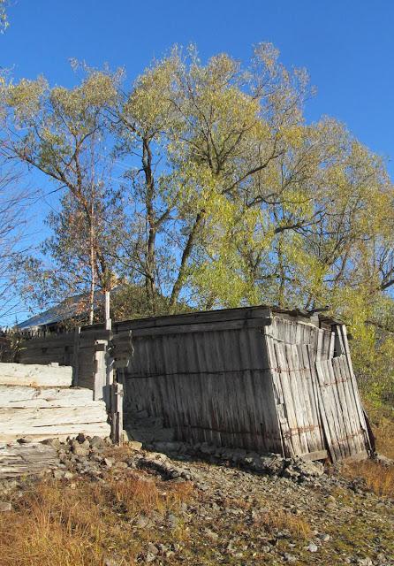 Старая будка под лодку