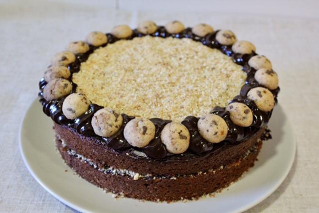 Bizcoho de chocolate con ganaché de chocolate y galleta (sin lactosa)