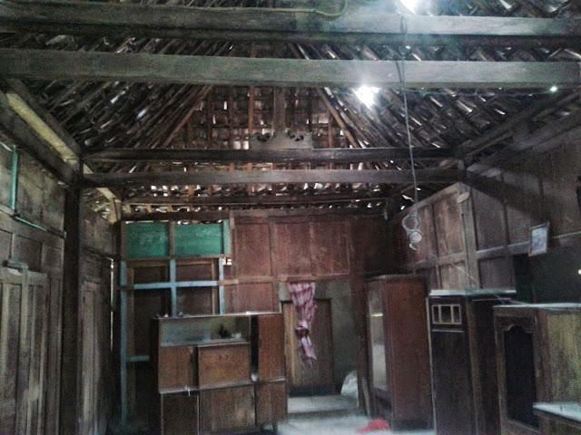 """limasan jati tebal tiang utama 13 cm, Luas  7m x 10m,Gebyok 6 Lembar,Harga = 50jt  Jika anda berminat silahkan datang ke alamat kami:  Komplek Pondok Pesantren """"Roudlotul Fatihah"""" Kaki Barat Gunung Sentono, Pleret, Bantul, Yogyakarta.  Marketing:  Ahmad wahyudin  Call/WA: 08179442249  Pin BB   : 7D839780  Email    : ahmadwahyudin50.aw@gmail.com"""