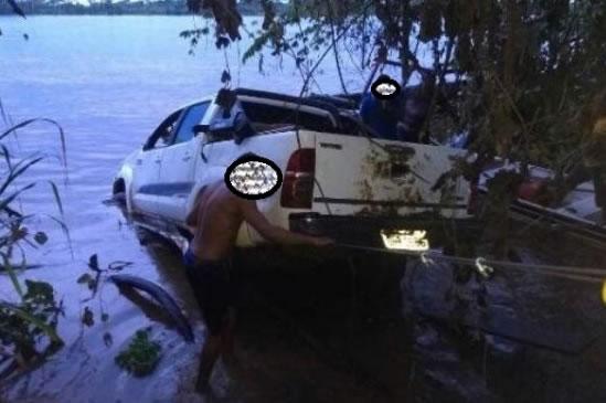 Caminhonete roubada que seria transportada para a Bolívia cai no rio e é retirada