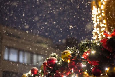 Decoración típica navideña en un dia nevado en Islandia