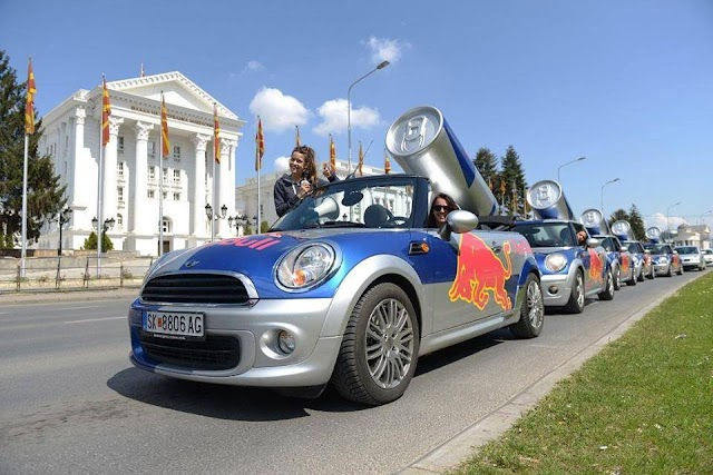 Bild des Tages - Red Bull Armada vor Parlament in Skopje