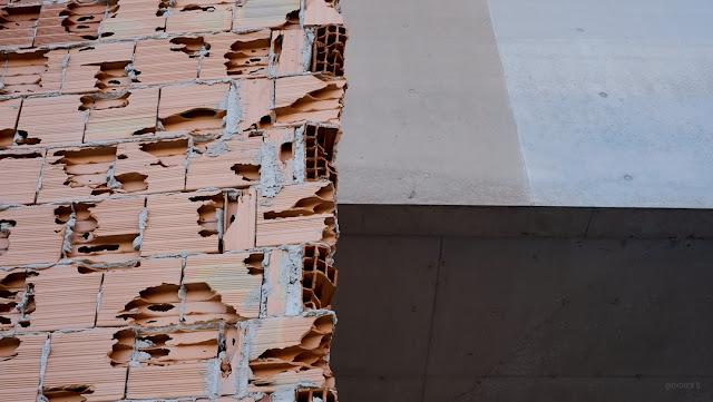 Fotografia di muro di mattoni rotto