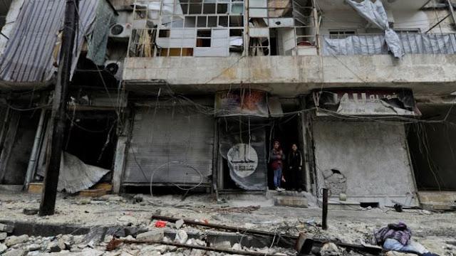 Dua orang remaja di kawasan al-Shaar, Aleppo, sepertinya tidak menghadapi 'masalah' di antara bangunan yang sudah rusak berat karena perang.