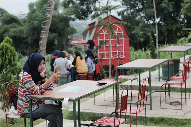 feryarifian food blogger malang ling ling green barn cafe outdoor di malang