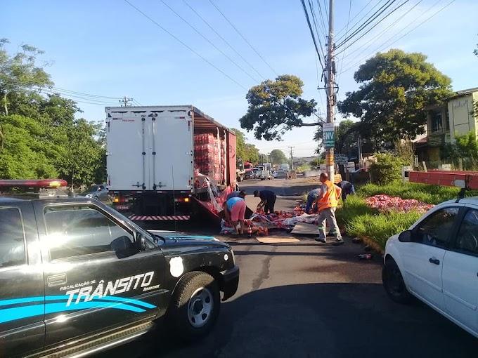 Carga de refrigerantes cai de caminhão em Cachoeirinha