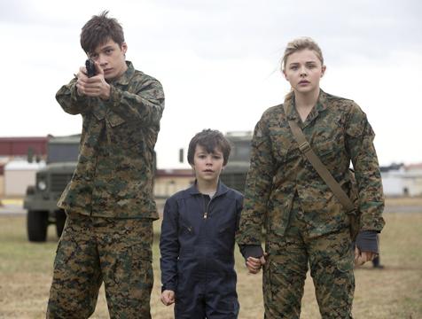 Ben Parish-Zombie (Nick Robinson), Sam Sullivan-Tapón (Zackary Arthur) y Cassie Sullivan (Chlöe Moretz) en La quinta ola - Cine de Escritor