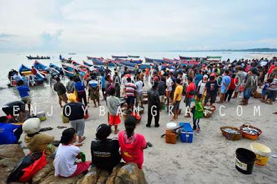 pantai rebo dan nelayan di sungailiat bangka