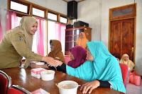 """<b>Tepat di Usia 37 Tahun, Bupati Berbagi dengan Para Lansia """"Meci Angi"""" Bima</b>"""
