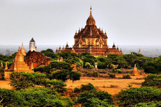 На фото - буддийские храмы Багана, Мьянма