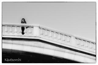 Nő áll egy velencei hídon feketefehérben