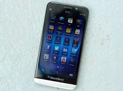 Por estos días, la fortuna le sonríe más a Apple que a BlackBerry BB.T +1.59% . El fabricante del iPhone ha vuelto a ascender, con su acción superando la barrera de los US$500 por primera vez desde enero de este año. En cambio, su rival canadiense ha declarado que explora «opciones estratégicas», lo que podría incluir una venta de la empresa. Pero cuando se da una mirada detallada a los productos, Apple no resulta ser necesariamente el mejor. A pesar de no haber tenido una acogida masiva, el Z10 de BlackBerry, un teléfono inteligente de pantalla táctil diseñado para competir