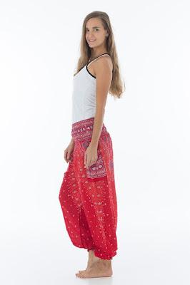 Terlihat klasik dengan Celana Ankle Puff atau Celana Aladin