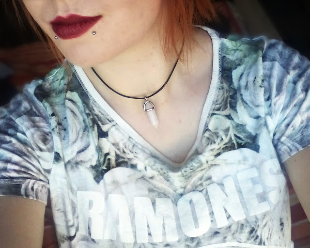 red lipstick, crystal chocker, crveni ruž, kristal lančić, rozenkvarc, gorski kristal, ramones majica, ramones shirt