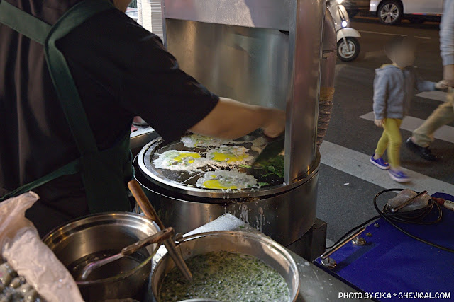 MG 0873 - 中華夜市臭豆腐蚵仔煎,還沒開攤就有客人在守候!營業至凌晨3點夜貓子最愛
