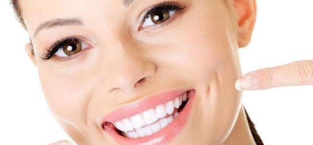 احصلي على ابتسامة ناصعة البياض  كاللؤلؤ بهذه الطريقة
