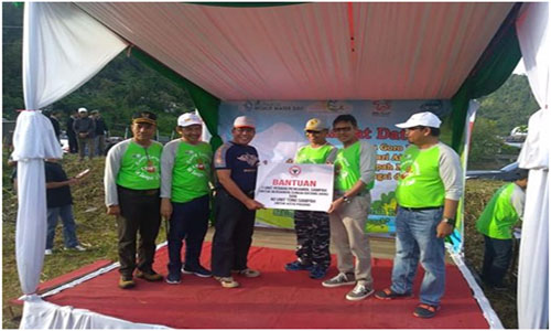 Direktur Utama Pt Semen Padang Yospiandri Serahkan Satu Unit Perahu Untuk Kota Padang