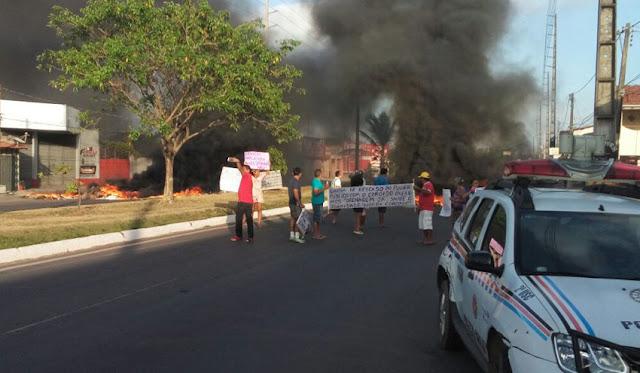Moradores fecham a Av. dos Africanos para exigir obra de drenagem