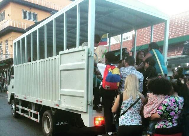 """Peor que en Cuba: """"perreras"""" y """"trencitos"""" para transportarse en Venezuela"""