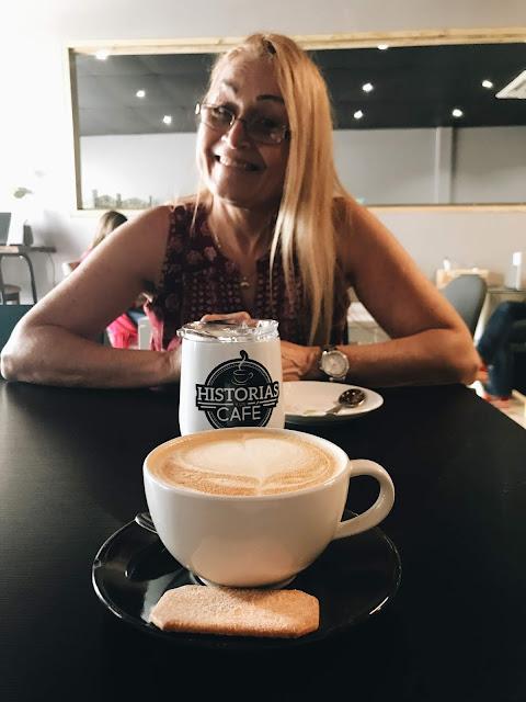 mujer tomando cafe