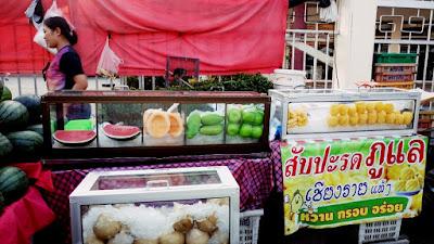 タイの田舎の果物屋台
