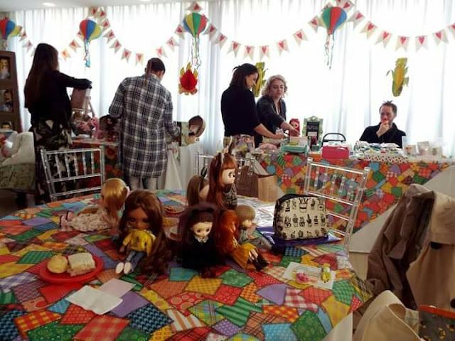 salão cheio de colecionadores e dolls na mesa