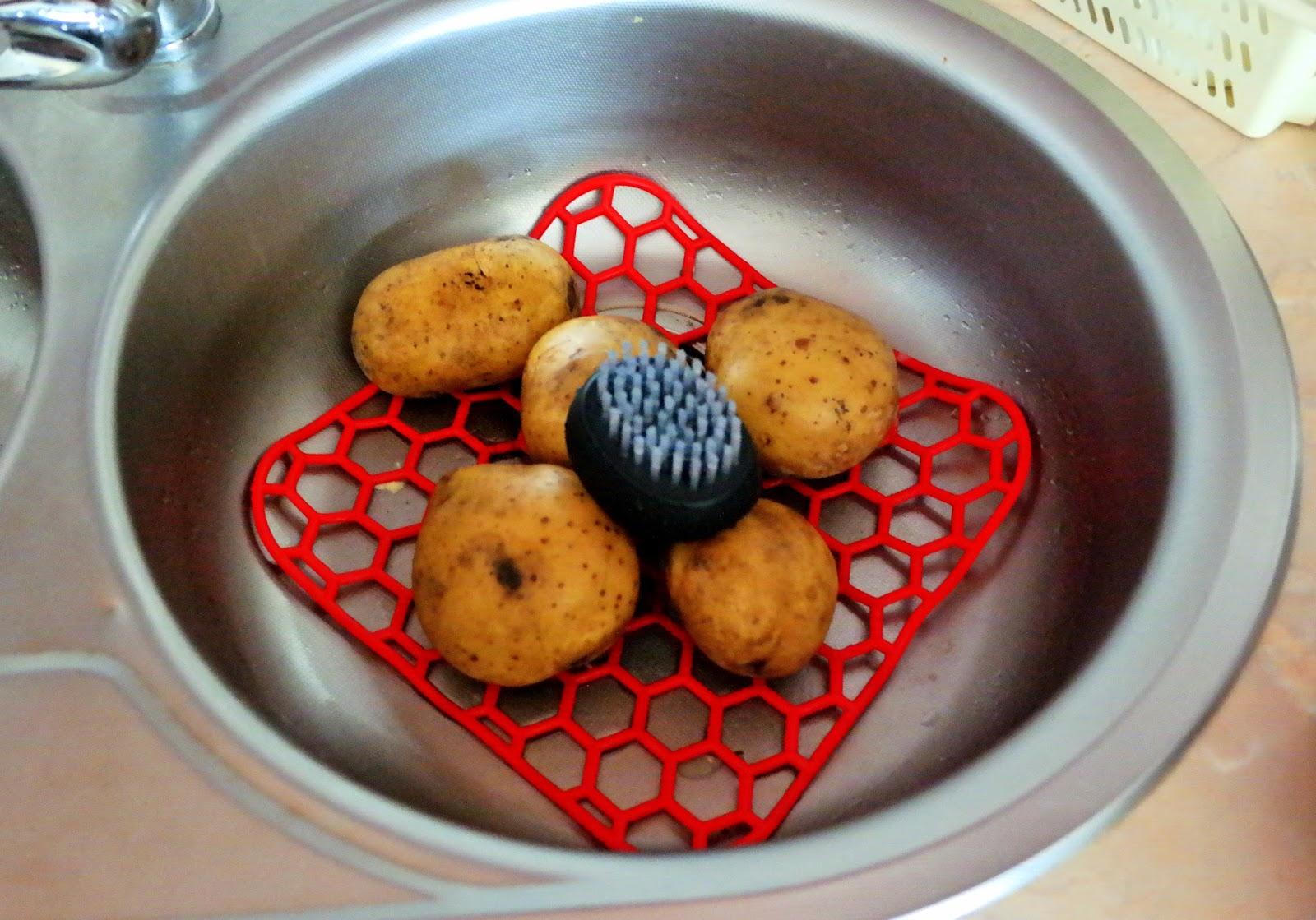 Mycie ziemniaków szczoteczką ze sklepu Garneczki
