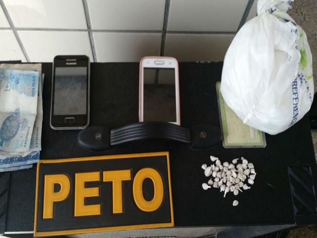 Polícia apreendeu 46 pedras de crack, celulares, dinheiro e um rolo de fios de energia na casa do casal (Foto: Tyago Ramos / Teixeira News)