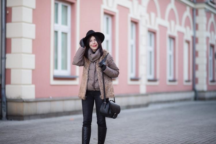 zimowa stylizacja z kamizelką i kapeluszem