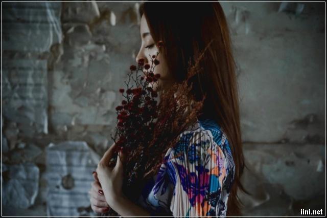 ảnh cô gái ôm bó hoa buồn