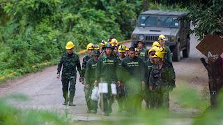 Equipes retiram as 12 crianças e seu treinador de caverna da Tailândia
