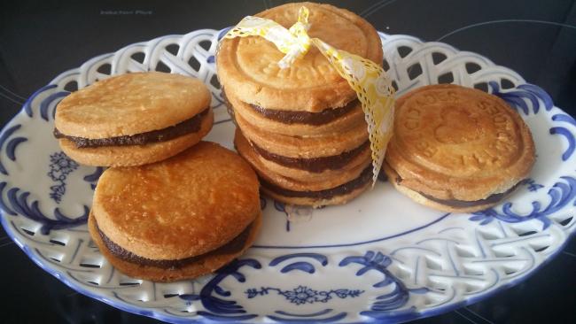 Unas galletas rellenas de chocolate