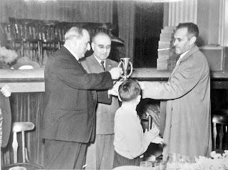 Juan Bäbler recibiendo el trofeo de manos de Isidre Capdevila, en el centro Ricardo A. Oller