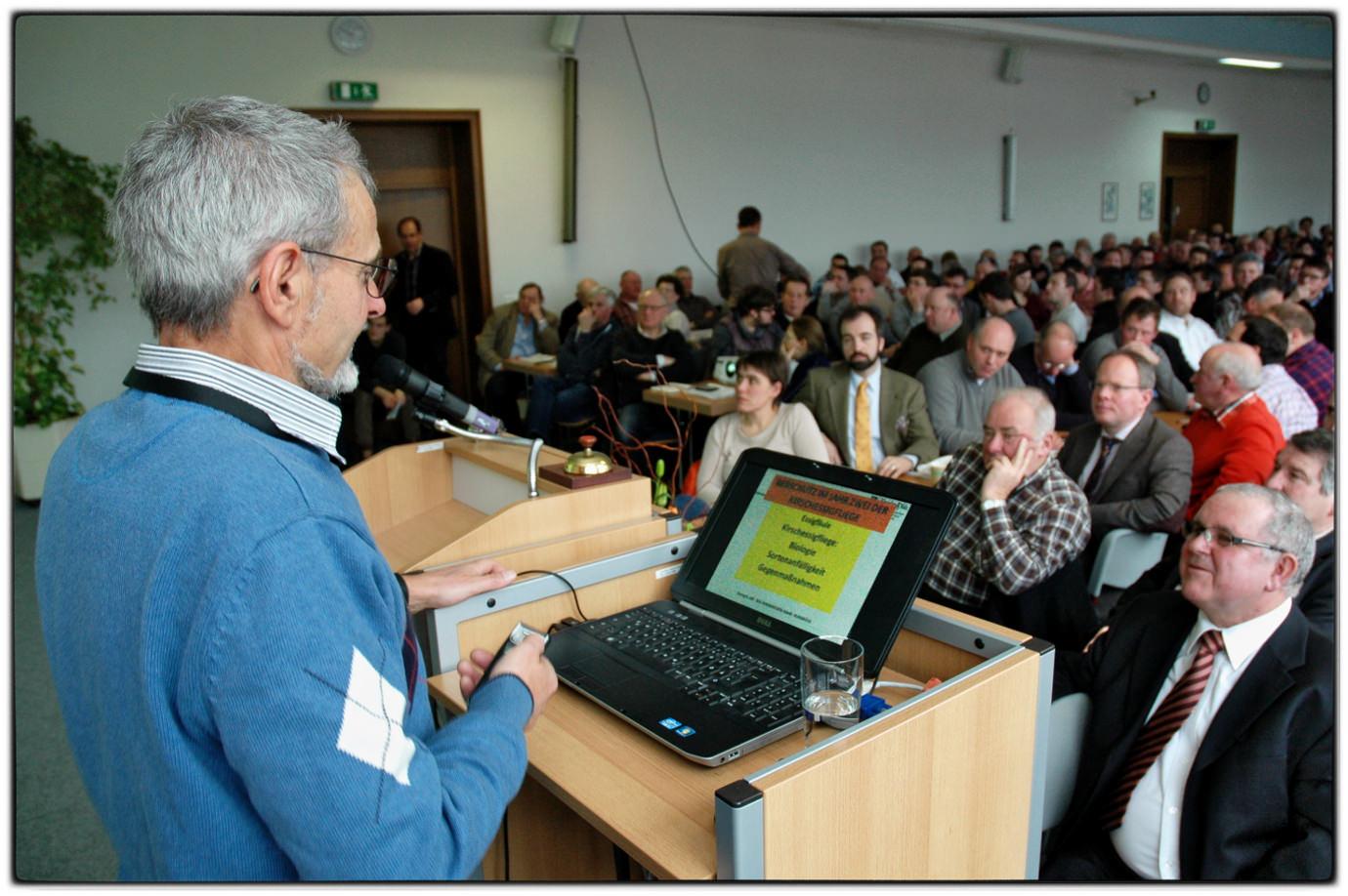 Rebschutzexperte Dr. Georg Hill referiert im Dienstleistungszentrums Ländlicher Raum (DLR) Rheinhessen-Nahe-Hunsrück.