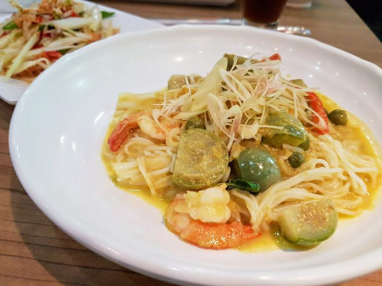 綠咖哩細麵與泰式涼拌木瓜絲