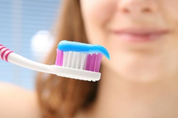 اصنع بنفسك معجون أسنان طبيعي و كيفية تبييض الأسنان