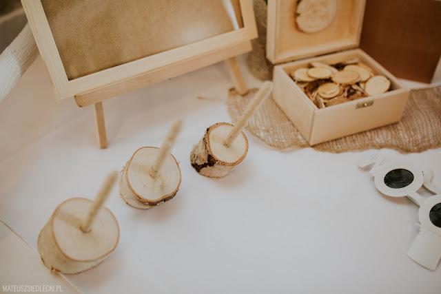 Rustykalne ozdoby na stołach weselnych