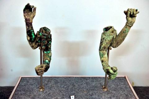 Cổ vật tìm thấy ở tháp cổ Vĩnh Hưng