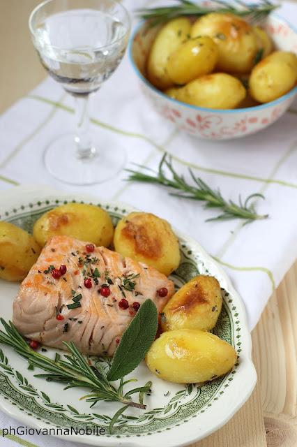 Salmone con pepe rosa ed erbe aromatiche e patate novelle al forno