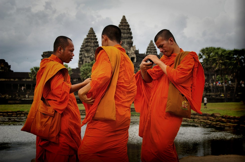monks at angkor temples - cambodianprivatetours.com