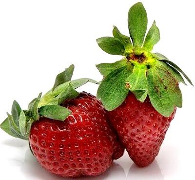 Foto de fresas naturales con grandes hojas verdes