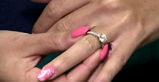 Ela achava que seu anel de diamantes era falso, só que não!...