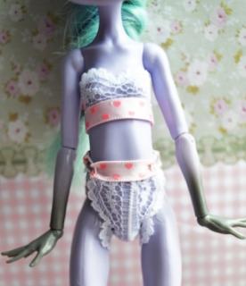 Barbie, Барби, белье кукольное, гардероб кукольный, трусы, шорты, Одежда для Барби и других кукол своими руками. МК и советы, В стиле 70-х: наряды для Барби, Вязаная одежда для кукол — фото-идеи, Демисезонное пальто для Барби, Идеи красивой одежды для кукол, Колготки для куклы Барби, Кружевной бюстгальтер и стринги на Барби. Фото МК, Нижнее белье для Барби из трикотажа, Пижама для Барби из трикотажа, Свитерок для Барби из перчатки — 2 модели, Трикотажное платье для Барби из носка, Трикотажный джемпер для Барби, русики-шорты для куклы, Шикарные наряды для кукол — фото-идеи, как сшить одежду на Барби, платье на куклу Барби выкройки, одежда на кукол монстр хай своими руками, одежда на кукол своими руками мастер класс с фото, одежда на кукол своими руками пошагово, из чего можно сшить одежду для кукол, кукольный гардероб, Белье для кукол своими руками. Мастер-классы и советы, как сшить юбку для куклы своими руками, как сшить платье на куклу, своими руками, как сшить нижнее белье на куклу своими руками фото пошагово, как сшить колготки на куклу, как сшить кукольное нижнее белье, как сшить пальто на куклу барби, выкройки кукольной одежды, пошив кукольной одежды, вязанная одежда на кукол, как связать одежду на кукол, Балетный винта из бумаги и лоскутков,белье для кукол, из кружева, из гипюра, , для Барби, для кукол, из ткани, мастер-класс, одежда кукольная, пижама, свитер, своими руками, текстиль, шитье, шитье для кукол, трусы для куклы, трусы для Барби, трусы кружевные,белье нижнее, белье кружевное, Fashion Royalty, бельё, белье для Fashion Royalty, кружево, мастер-класс, одежда, одежда кукольная, одежда на Fashion Royalty, трусы, трусы для куклы, шорты, шорты для куклы, Monster High, бельё, белье для Monster High, кружево, мастер-класс, одежда, одежда для Monster High, одежда кукольная, трусы, трусы для куклы, шорты, шорты для куклы,http://handmade.parafraz.space/ Трусики-шорты для куклы , Barbie, Барби, белье кукольное, гардероб кукольный, трусы, шорты, белье для кукол,