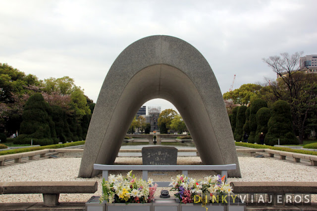 Cenotafio Conmemorativo con la Llama de la Paz y la Cúpula de la bomba atómica de fondo