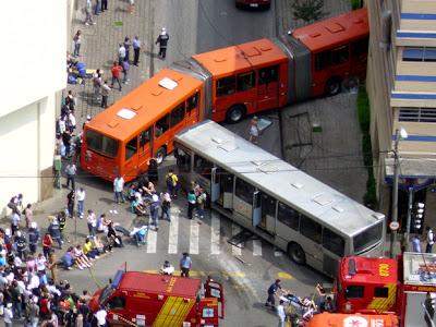 Ônibus de Curitiba, um acidente por dia